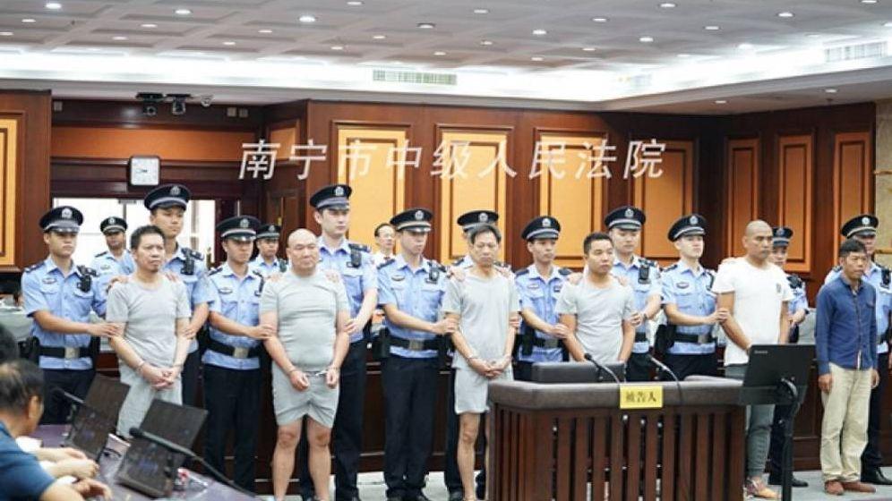 Foto: Los cinco sicarios y el empresario 'asesino', en pleno juicio. (Tribunal Intermedio de Nanning)