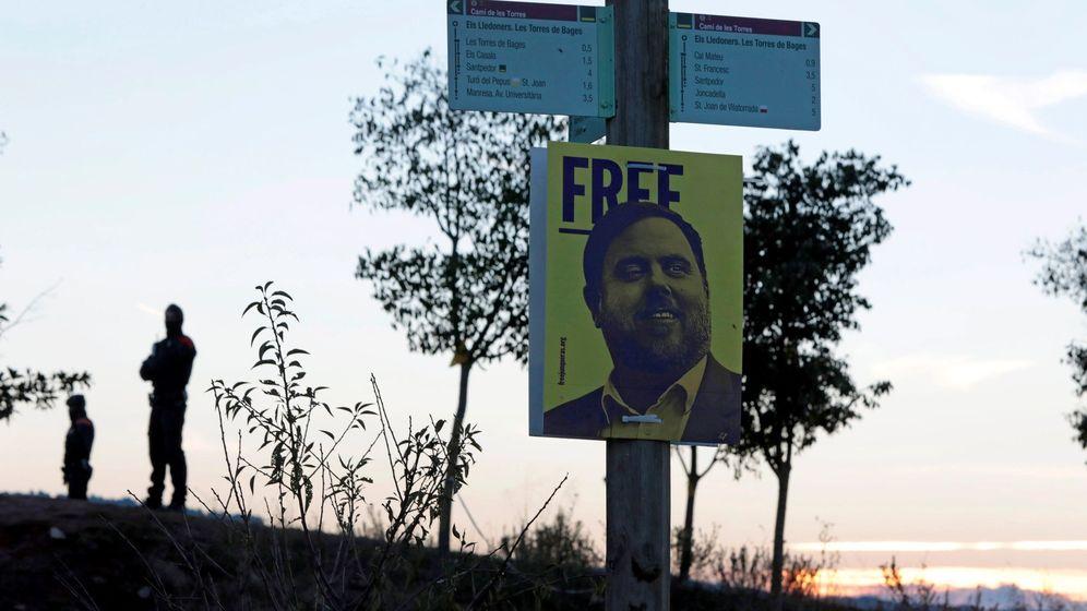 Foto: Un cartel con el rostro de Oriol Junqueras en el acto en el que el independentismo conmemoró el primer aniversario del encarcelamiento. (EFE)