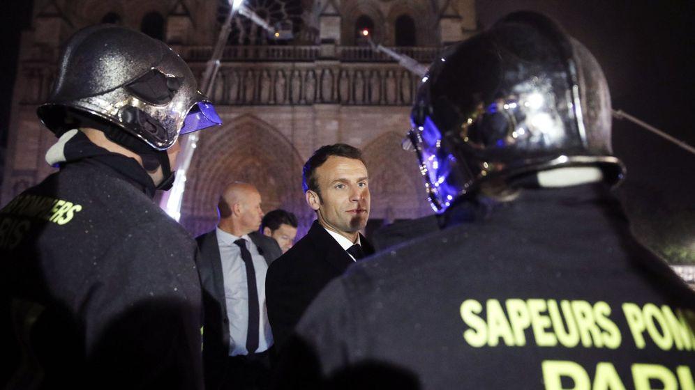 Foto: El presidente de Francia, Emmanuel Macron, habla con los bomberos que trabajan en Notre Dame. (EFE)