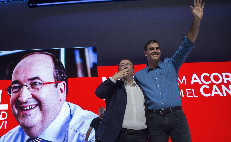 Foto: Miquel Iceta y Pedro Sánchez se abrazan durante el mitin de este 15 de julio en Barcelona, en el Palacio de Congresos de Cataluña. (EFE)