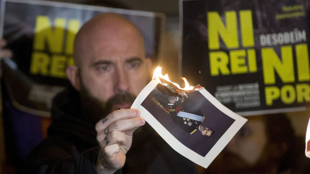 Foto: Concentración en solidaridad con los investigados por quemar fotos del Rey durante la Diada. (Efe)