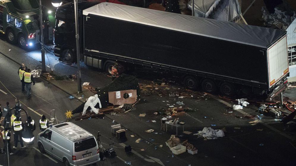 Foto: Policías trabajan junto al camión que arrolló este lunes a los visitantes de un mercadillo navideño en el centro de Berlín. (Efe)