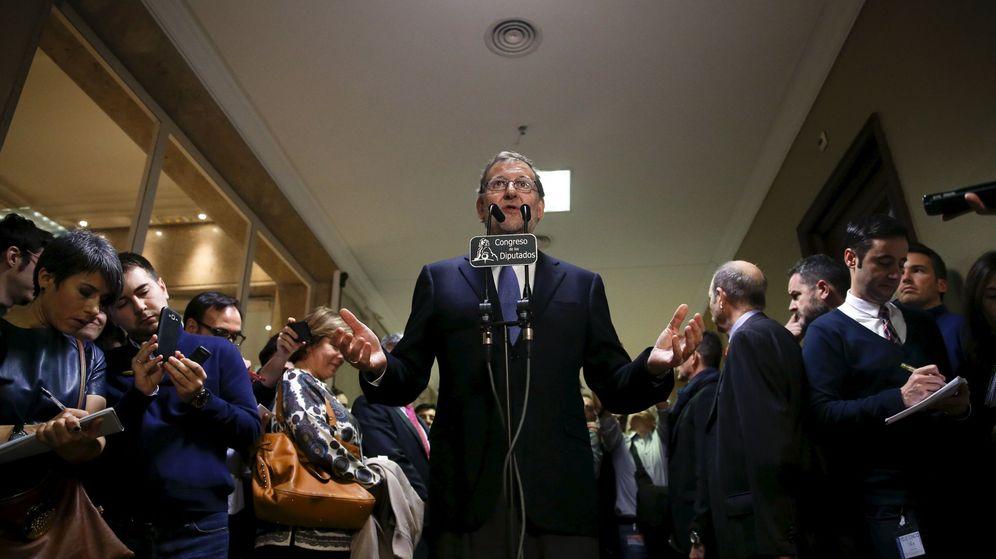 Foto: Mariano Rajoy, durante sus declaraciones a la prensa en los pasillos del Congreso, este 8 de enero. (Reuters)
