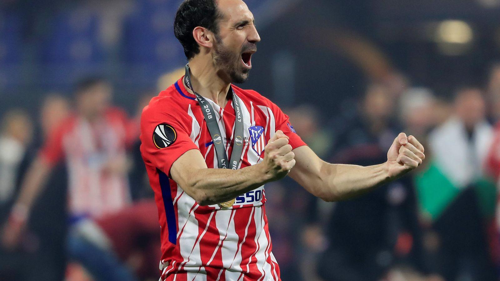 Foto: Juanfran celebra la Europa League tras la victoria del Atlético de Madrid contra el Olympique de Marsella. (Reuters)