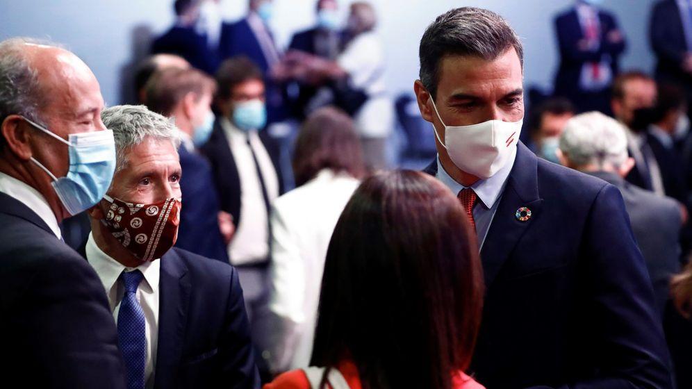 Foto: El presidente del Gobierno, Pedro Sanchez, y el ministro del Interior, Fernando Grande-Marlaska (2i), tras la conferencia 'España puede', este lunes. (EFE)