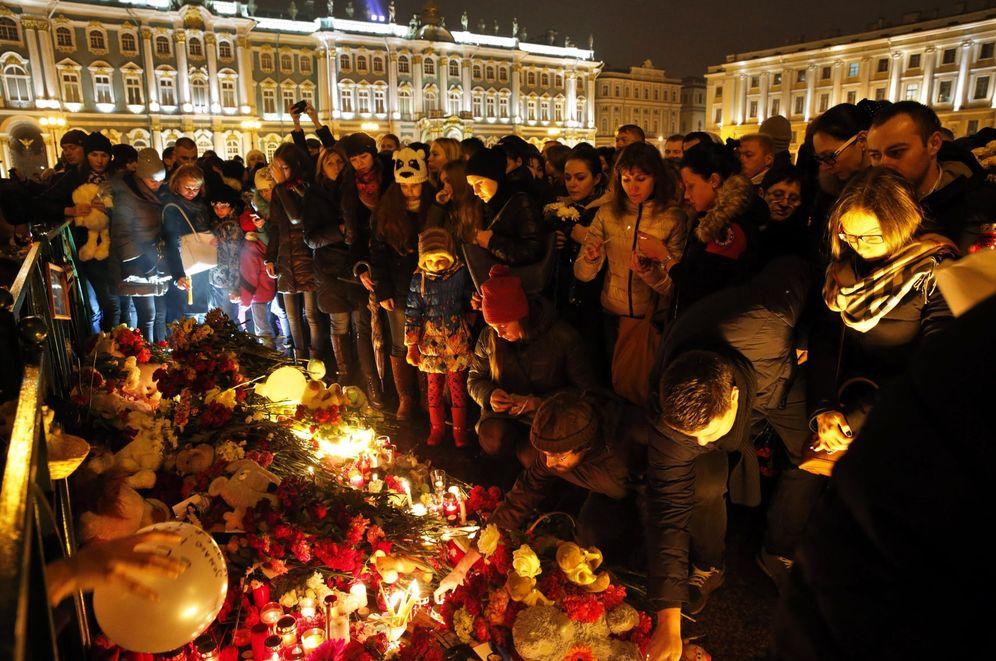 Foto: Rusos depositan flores en un homenaje en San Petersburgo a las víctimas del Airbus siniestrado en Egipto (Reuters).