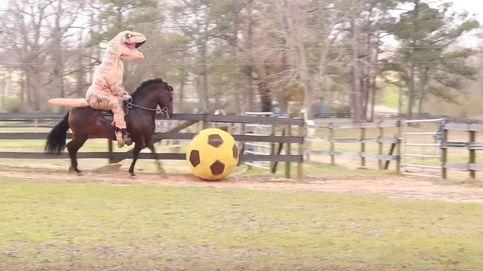 El sorprendente vídeo donde un 'dinosaurio' monta a lomos de un caballo