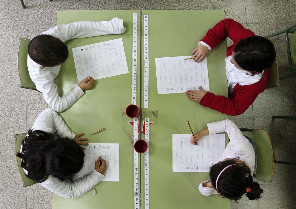 Foto: Dos alumnos realizan un dictado en una escuela pública de Barcelona. (Reuters)