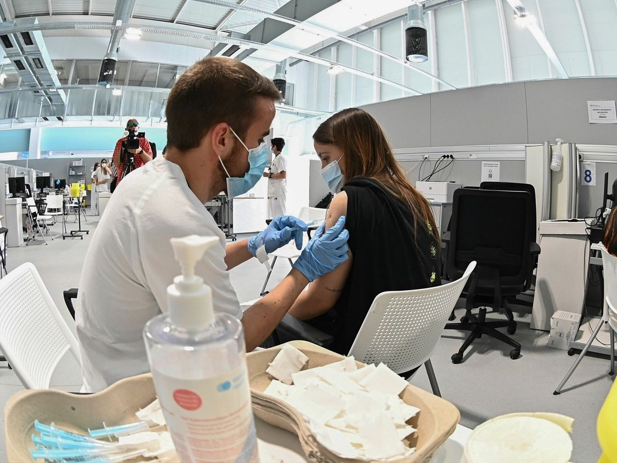 Foto: Una chica recibe la vacuna contra el coronavirus en el hospital Enfermera Isabel Zendal (EFE)