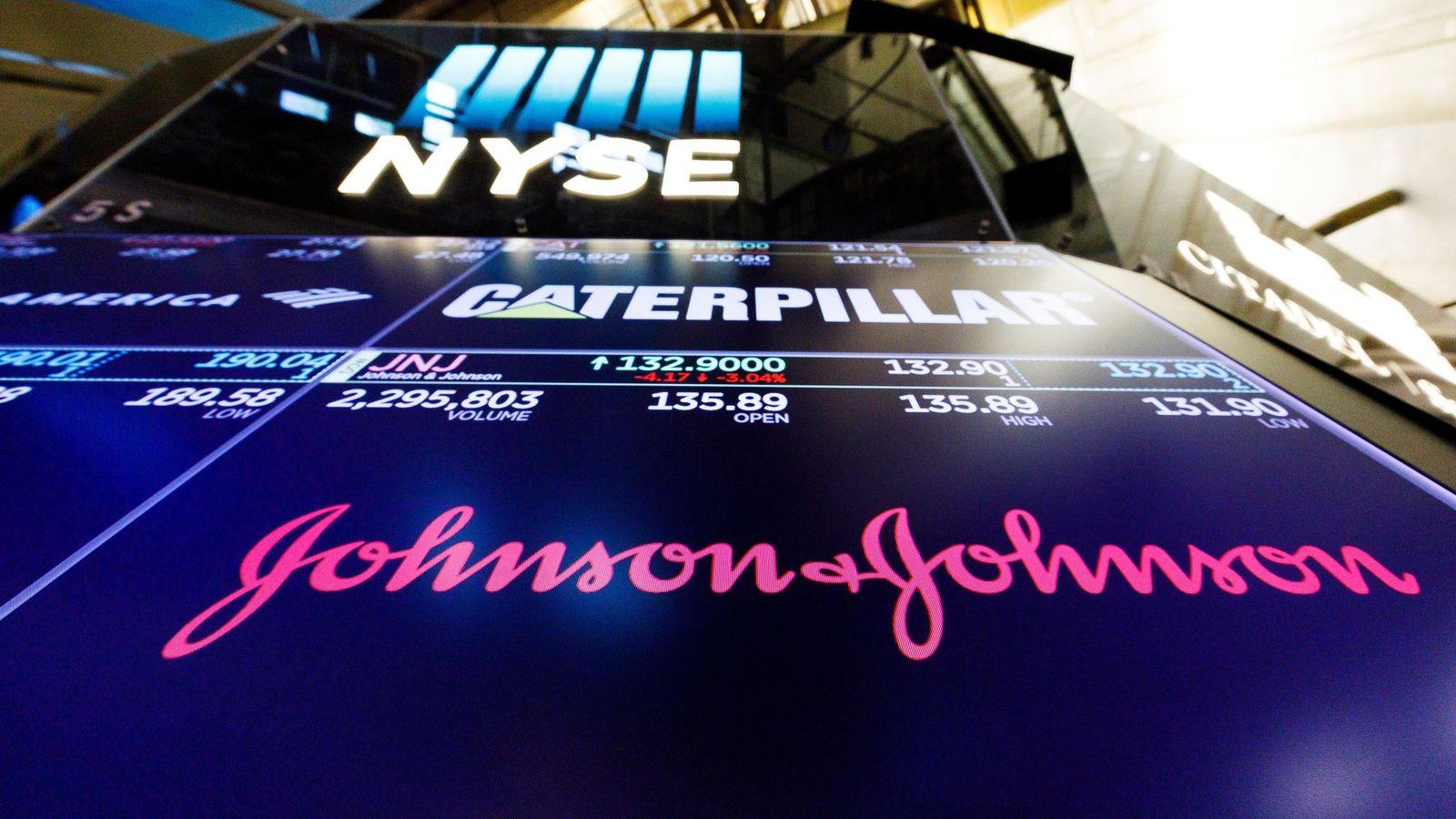 Foto: Una pantalla muestra el logo de J&J en la Bolsa de Nueva York. (EFE)