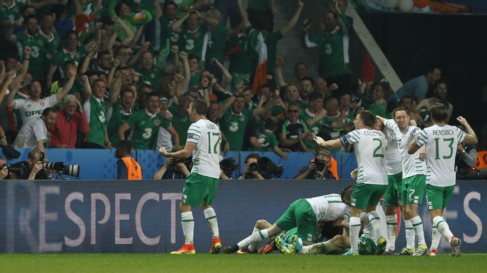Foto: Irlanda celebra el gol que les clasificó para octavos, ante Italia. (Reuters)
