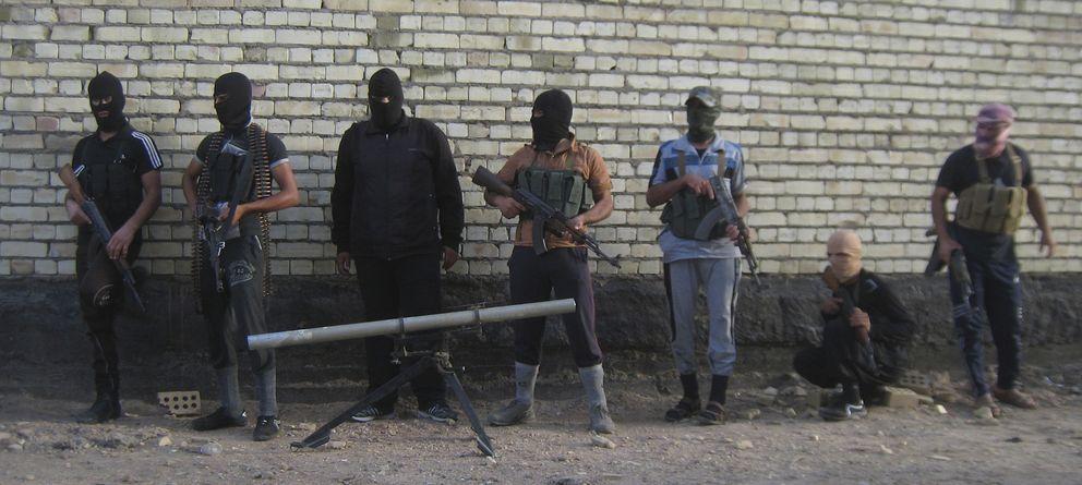 Foto: Yihadistas suníes posan para un foto en las afueras de la ciudad de Faluya, tomada parcialmente por el ISIS, el pasado 28 de abril (Reuters).
