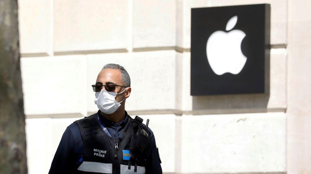 Foto: Un policía con mascarilla frente a una tienda de Apple en París. (Reuters)