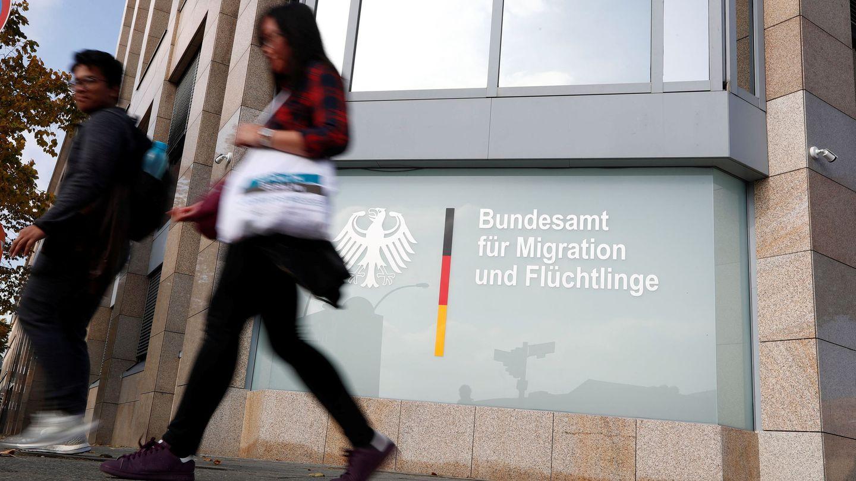 Varias personas pasan delante de la sede de la Oficina Federal de Migrantes y Refugiados (BAMF) en Berlín, el 15 de octubre de 2017. (Reuters)