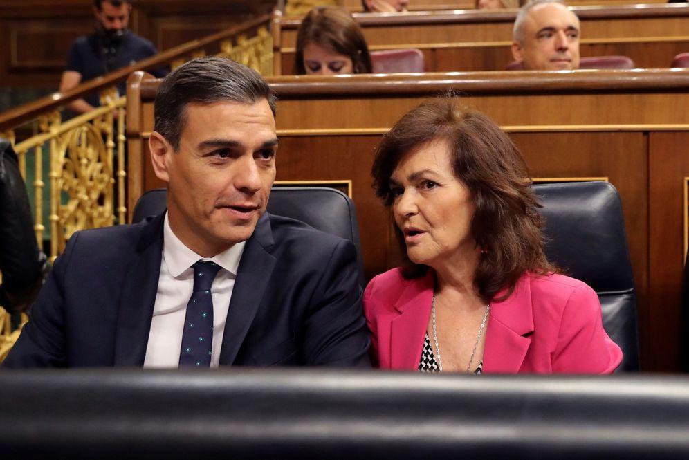 Foto: Pedro Sánchez conversa con la vicepresidenta, Carmen Calvo, el pasado 17 de octubre en el Congreso. (EFE)