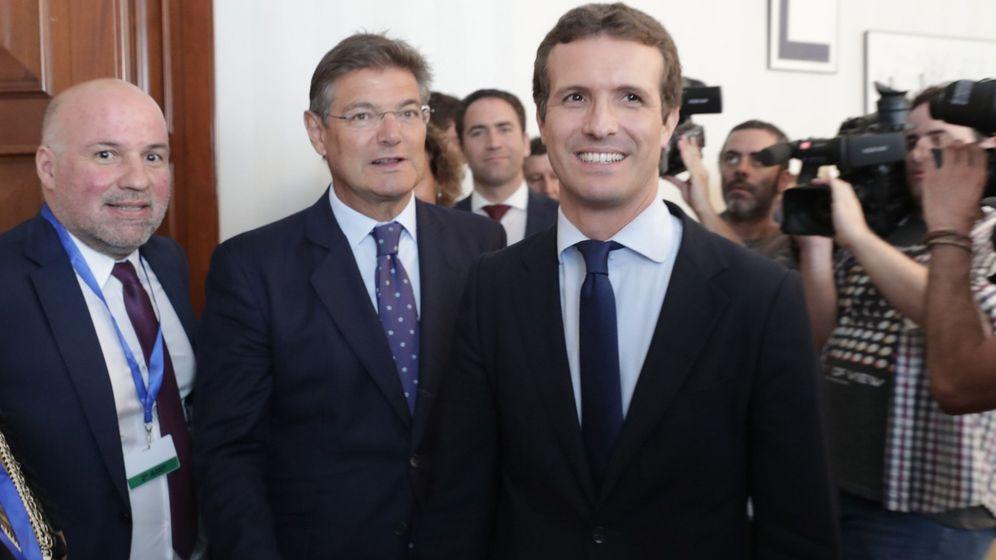 Foto: El presidente del PP, Pablo Casado (d), junto a Rafael Catalá (c). (EFE)