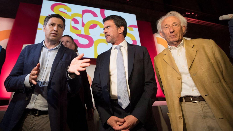 Manuel Valls (c), junto al presidente de SCC, José Rosiñol (i), y el dramaturgo Albert Boadella. (EFE)