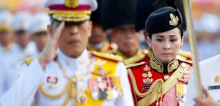 Post de Tres días antes de su coronación, el rey de Tailandia presenta a su nueva esposa