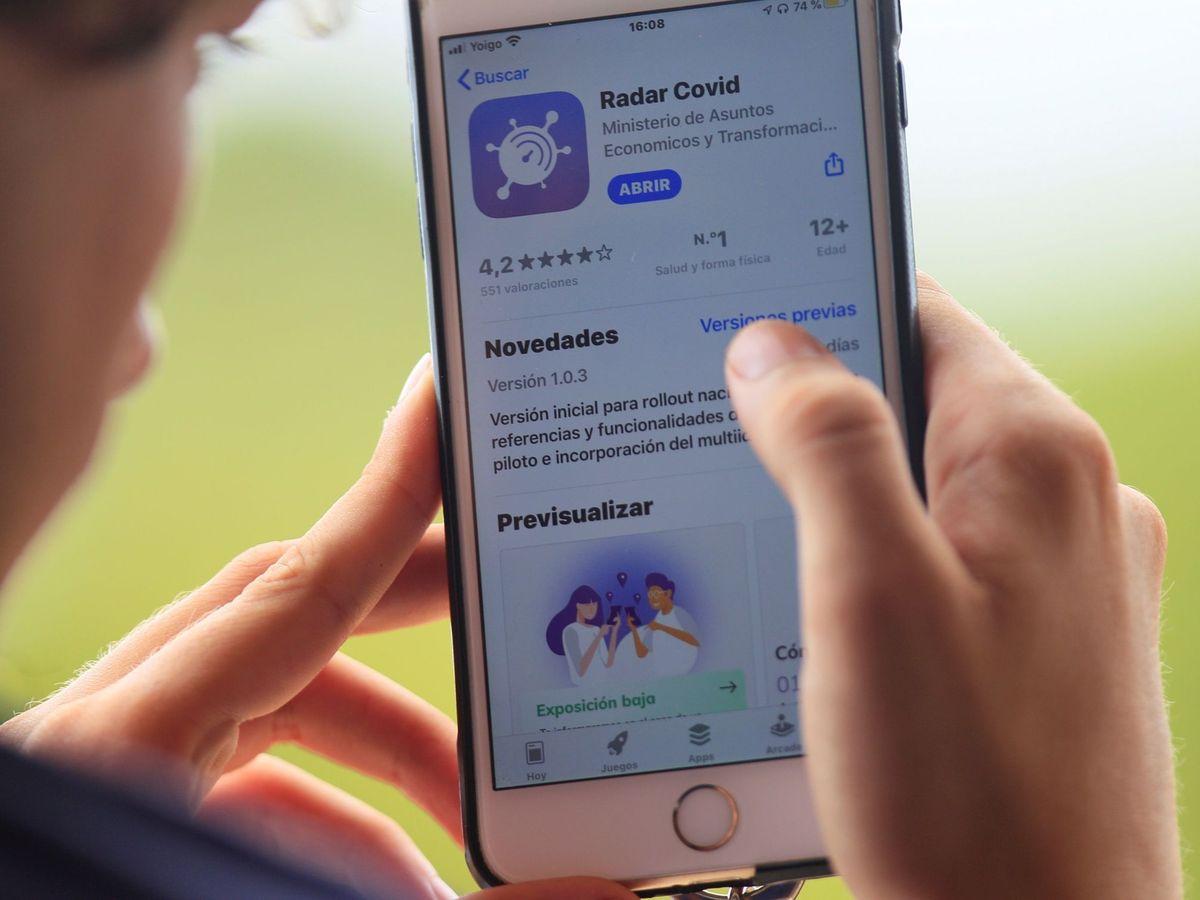 Foto: Un usuario descarga la aplicación móvil Radar COVID. (EFE)