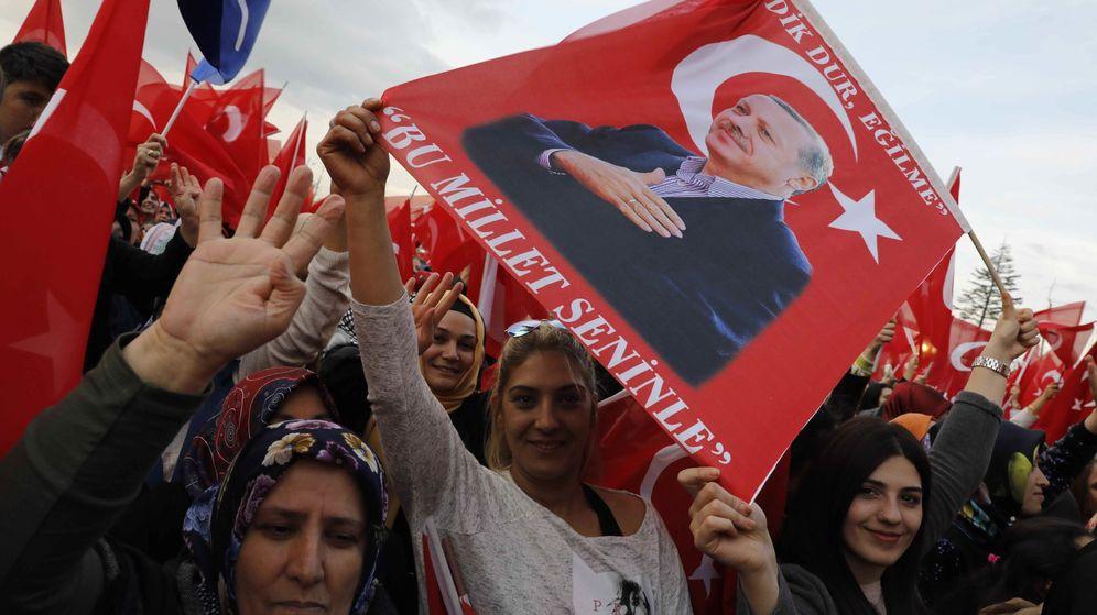 Foto: Seguidores de Recep Tayyip Erdogan esperan la llegada del presidente ante el Palacio Presidencial, en Ankara. (Reuters)