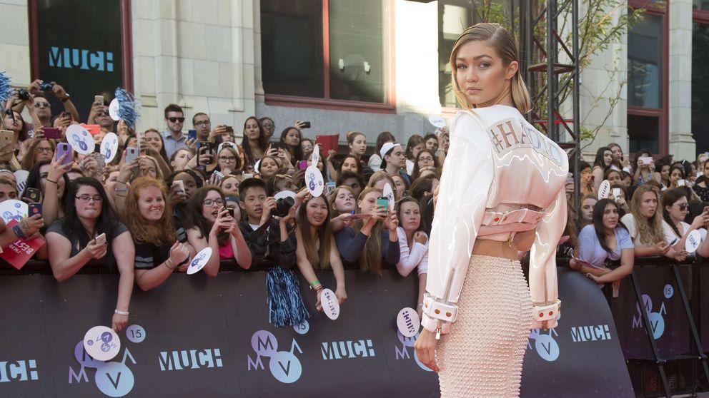 Gigi Hadid se apunta a la moda del hashtag: tu armario también lo hace