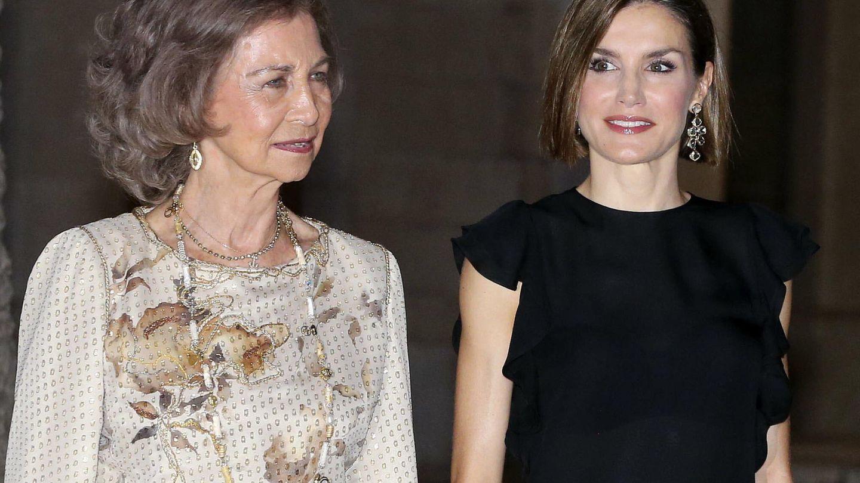 La reina Sofía y la reina Letizia, en la cena con las autoridades baleares de 2015. (EFE)