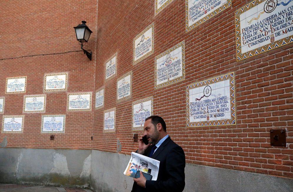 Foto: El ministro de Fomento en Funciones y número tres del PSOE, José Luis Ábalos, el pasado 30 de mayo en la plaza de toros de Las Ventas, en Madrid. (EFE)