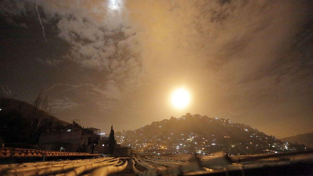 Foto: Las defensas aéreas sirias interceptan varios misiles israelíes durante los bombardeos, el 21 de enero de 2019. (EFE)
