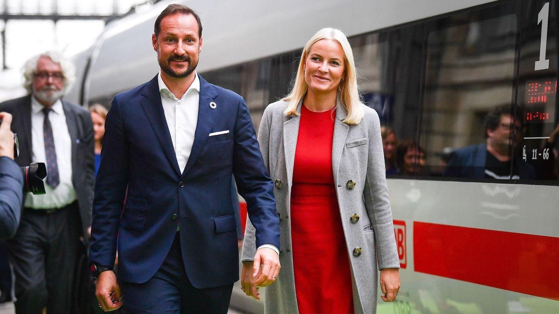 Haakon y Mette-Marit, a su llegada a Frankfurt. (EFE)