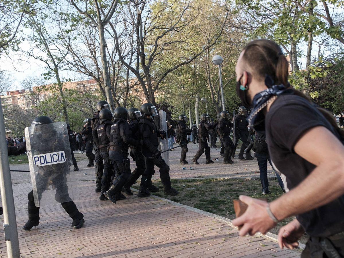 Foto: Enfrentamientos entre la Policía y los radicales en Vallecas. (Sergio Beleña)