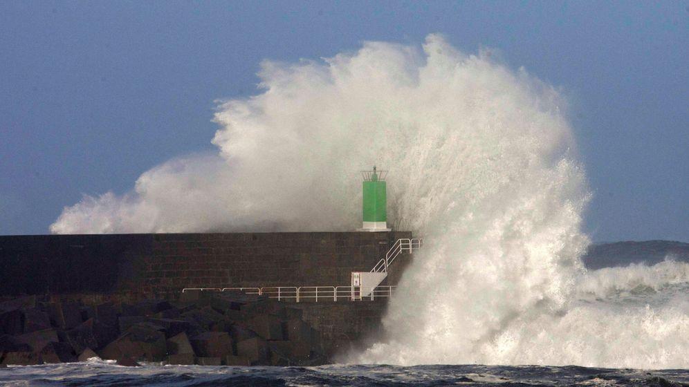 Foto: Olas rompiendo en la costa gallega. Foto: EFE Salvador Sas.