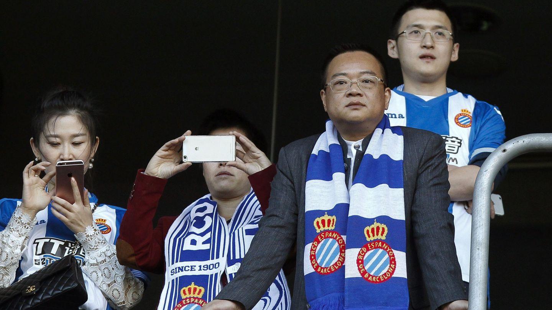 Chen Yansheng, con su familia en el palco del Espanyol. (EFE)