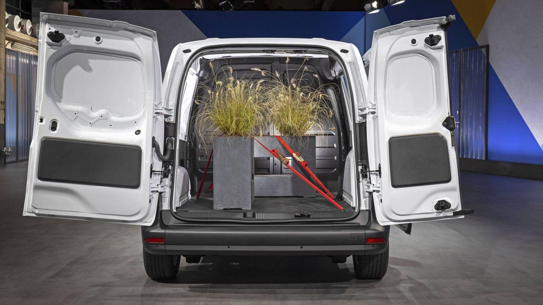 La longitud de la zona de carga es de 3,05 metros (con el panel flexible montado no el fijo).