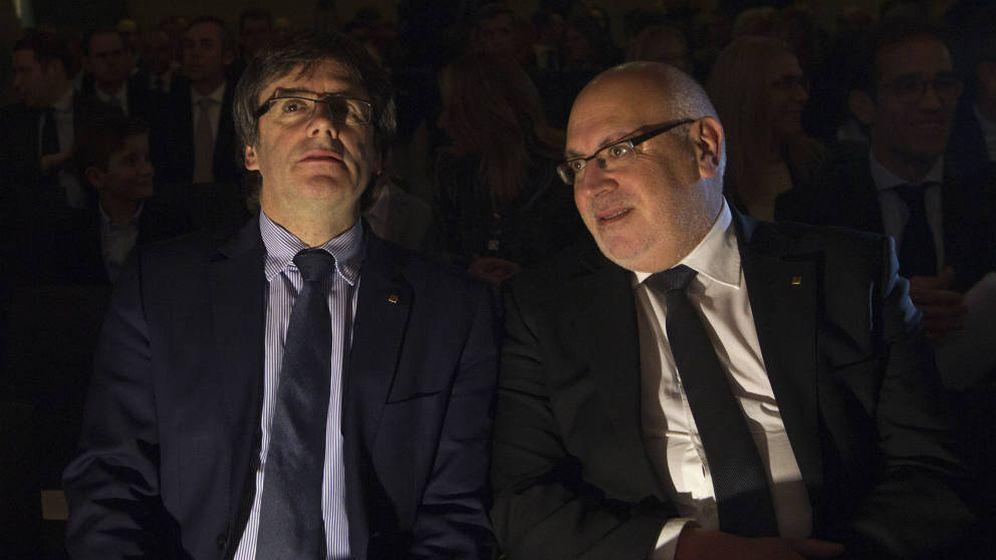Foto: El presidente de la Generalitat, Carles Puigdemont (i), junto al ya 'exconseller' de Empresa Jordi Baiget (d). (EFE)