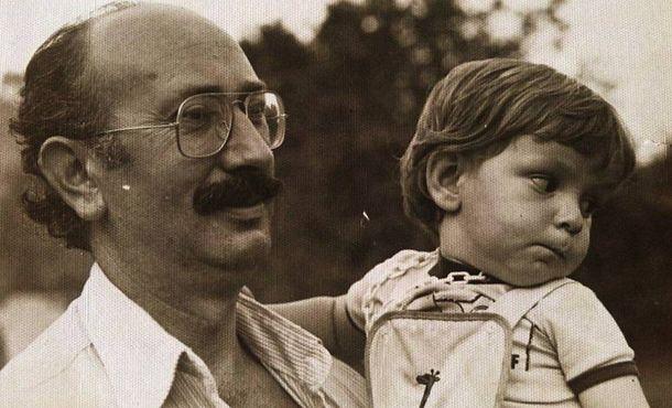 Foto: Antonio Areces sostiene en brazos a su hijo, que será escritor. (EC)