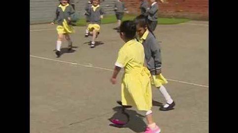 La pequeña Anu enseña a sus compañeros su nueva pierna prostética
