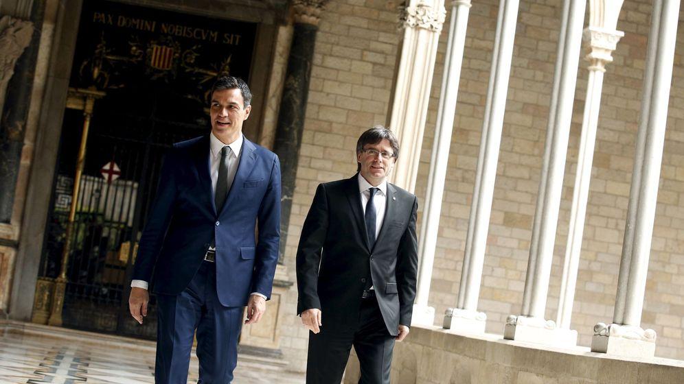 Foto: Pedro Sánchez, junto a Carles Pugidemont, en una reunión mantenida en marzo de 2016. (EFE)