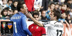 Foto: Albelda echa por tierra el gol de Soldado ante Osasuna en un partido sin fútbol