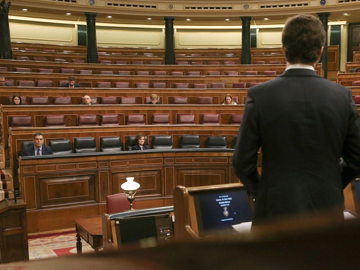 Foto: El líder del PP, Pablo Casado (d), interpela al presidente del Gobierno, Pedro Sánchez (i), durante el pleno extraordinario celebrado el pasado miércoles. (EFE)