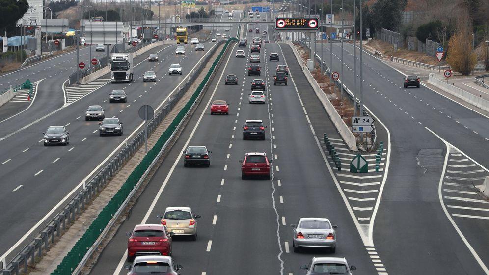 Foto: La autopista A1, el pasado puente de la Constitución. (EFE/J.J. Guillén)