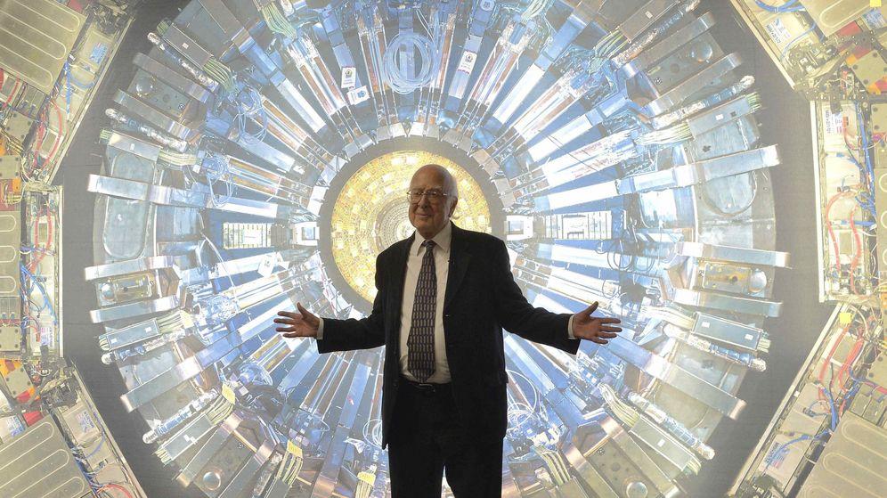 Foto: El físico Peter Higgs frente a una fotografía del detector Atlas del CERN (Reuters)
