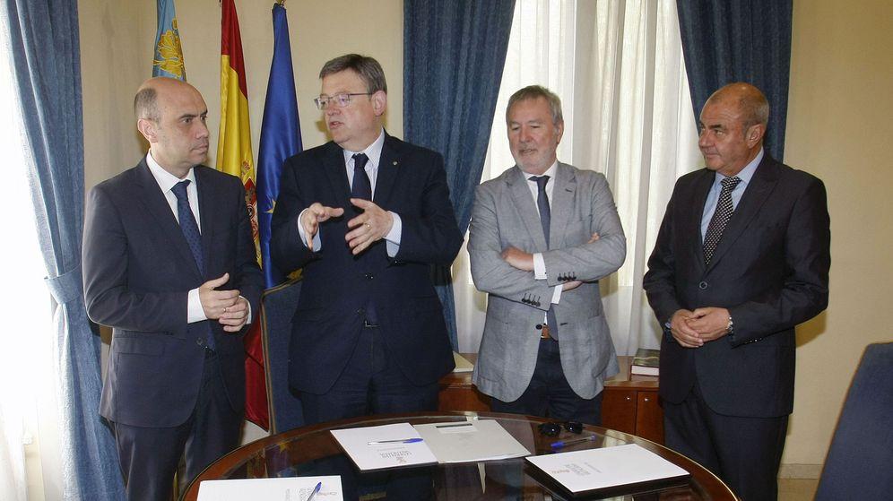 Foto: Ximo Puig conversa con el alcalde de Alicante, el socialista Gabriel Echávarri, durante la reunión mantenida este 11 de mayo con motivo de la Vuelta al Mundo a Vela. (EFE)