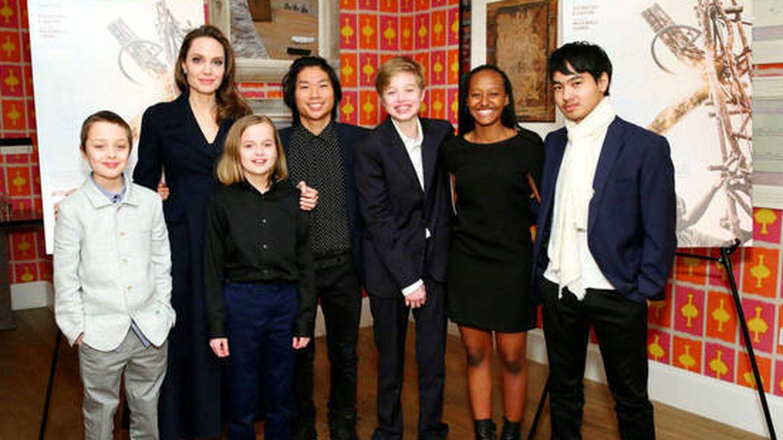 La actriz, junto a sus seis hijos. (Getty)