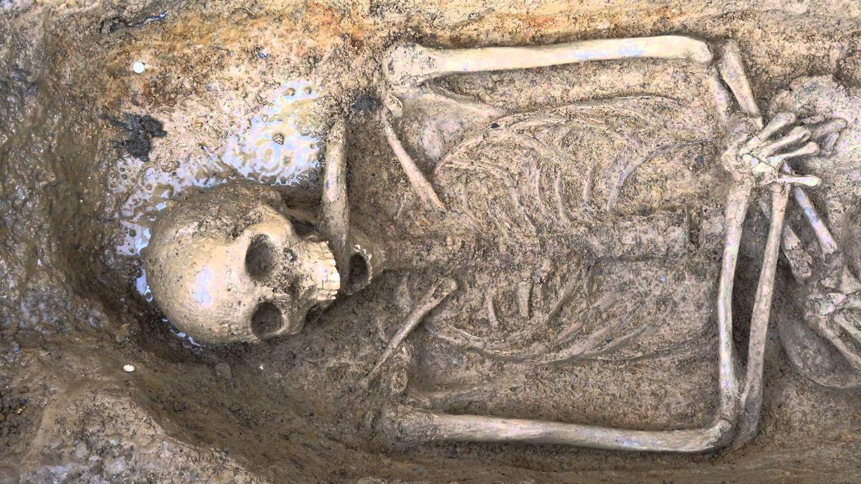 """Foto: Uno de los cuerpos sepultados en la abadía toscana de Pozzeveri, donde podría encontrarse la """"cura"""" contra el cólera (Universidad de Pisa)"""