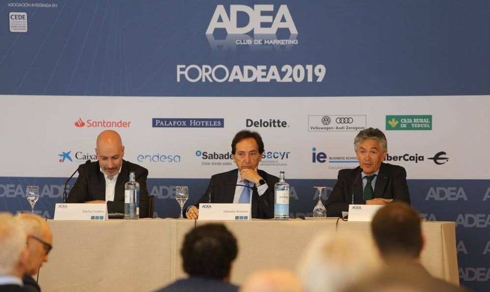Foto: De izquierda a derecha: Nacho Cardero, director de El Confidencial; Salvador Arene, presidente de ADEA; y Pepe Quílez, director del centro Territorial Argagón RTVE.