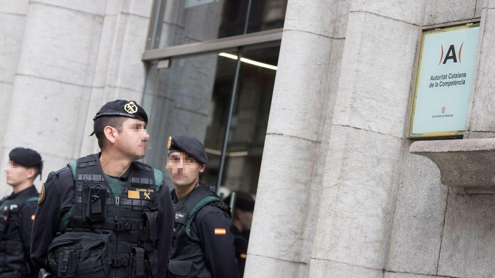 Foto: La Guardia Civil acude a buscar documentación a la sede de la Autoridad Catalana de la Competencia. (EFE)