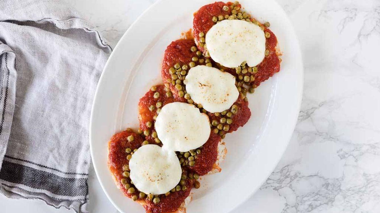 Vídeo-receta: pavo gratinado con guisantes, queso y tomate