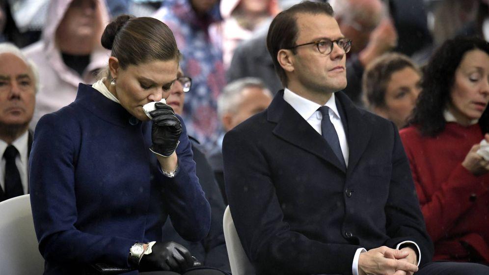 Foto: Victoria de Suecia junto a su marido, el príncipe Daniel, sin poder contener las lágrimas. (Cordon Press)