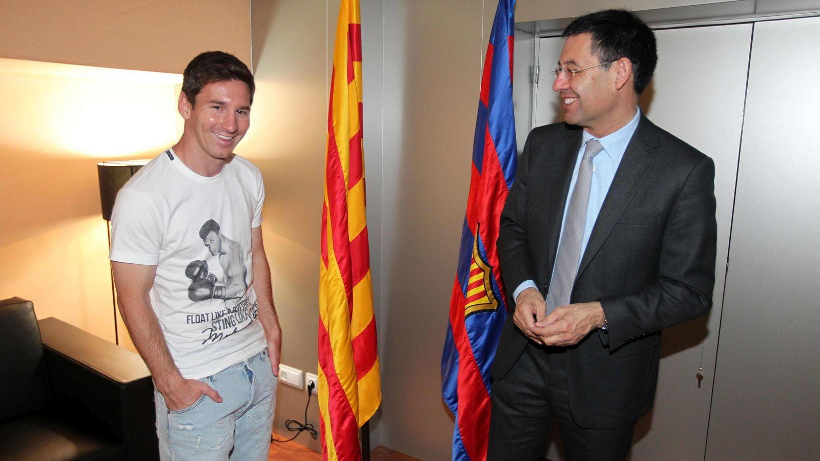 Foto: Leo Messi (i) y Josep Maria Bartomeu (d) en la firma de la renovación del delantero en 2014. (EFE)