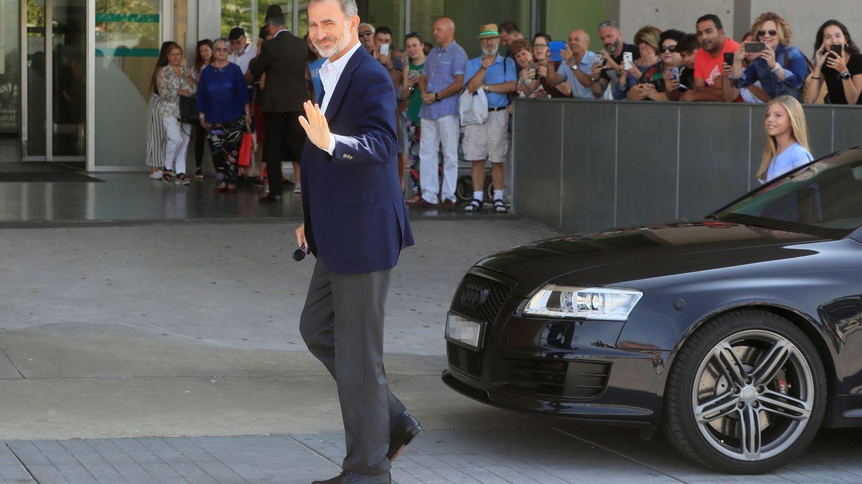 El rey Felipe, junto al Audi durante su visita al rey Juan Carlos tras su operación de corazón. (EFE)